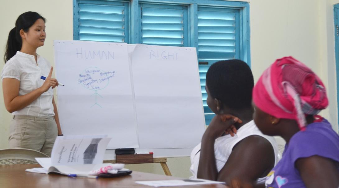 ガーナ人女性に人権教育を行うインターン